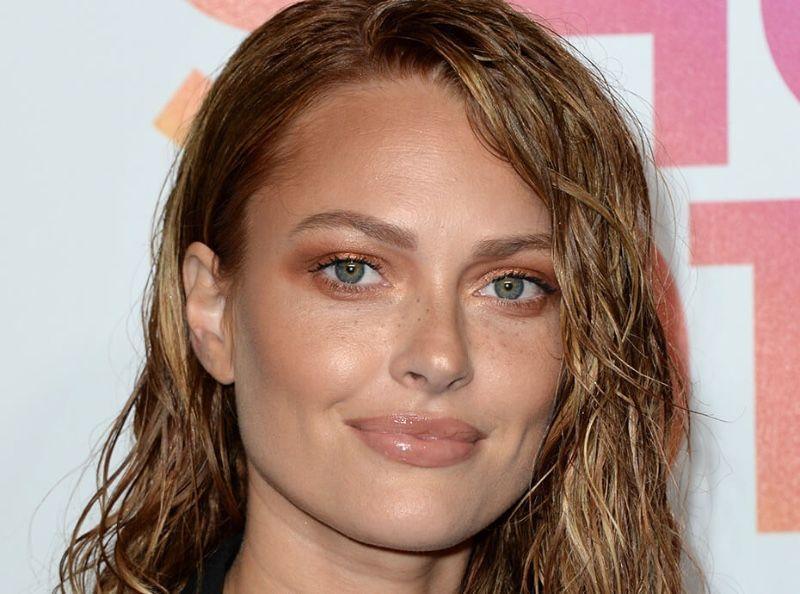"""Caroline Receveur : Voici comment reproduire sa coiffure """"wavy effet mouillé"""""""